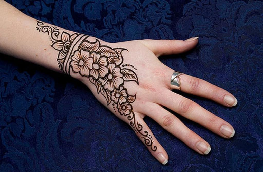 صورة رسم الحنة على اليد , لاطلالة اكثر اثارة مع رسم الحنة